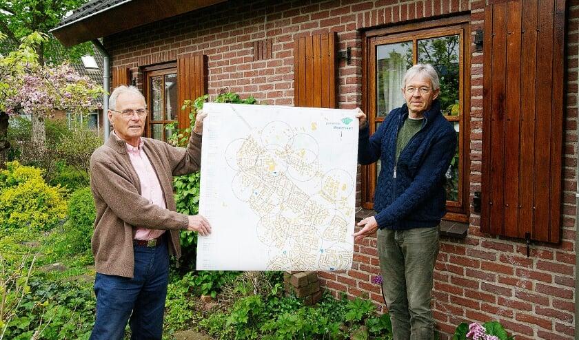 <p>Voorzitter Ed Janssen (rechts) en bestuurslid Ernst Willemsen van Stichting Zes Minutenzone Westervoort met een AED-kaart van het dorp.</p>