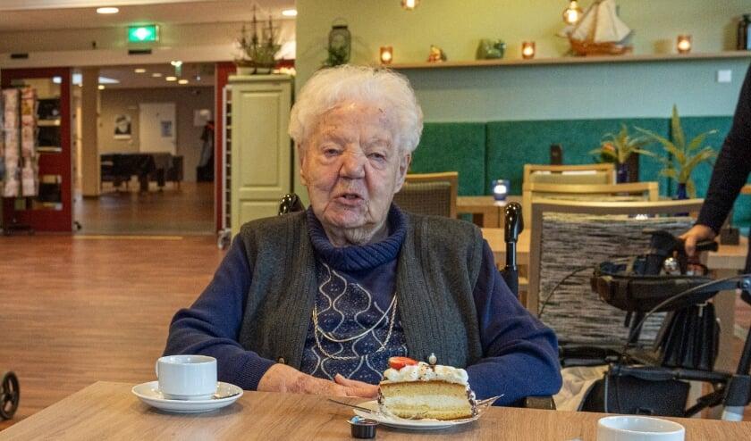 <p>Jo Smits - Hazebroek vierde haar 104e verjaardag in Grand Caf&eacute; Weideheem. (foto: Jan de Roo)</p>
