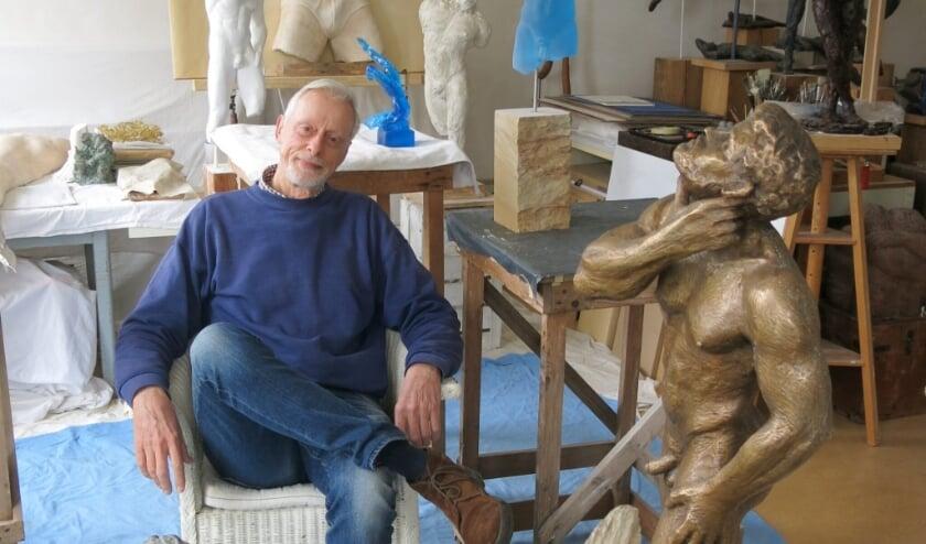 <p>Kunstenaar Teun in zijn atelier</p>