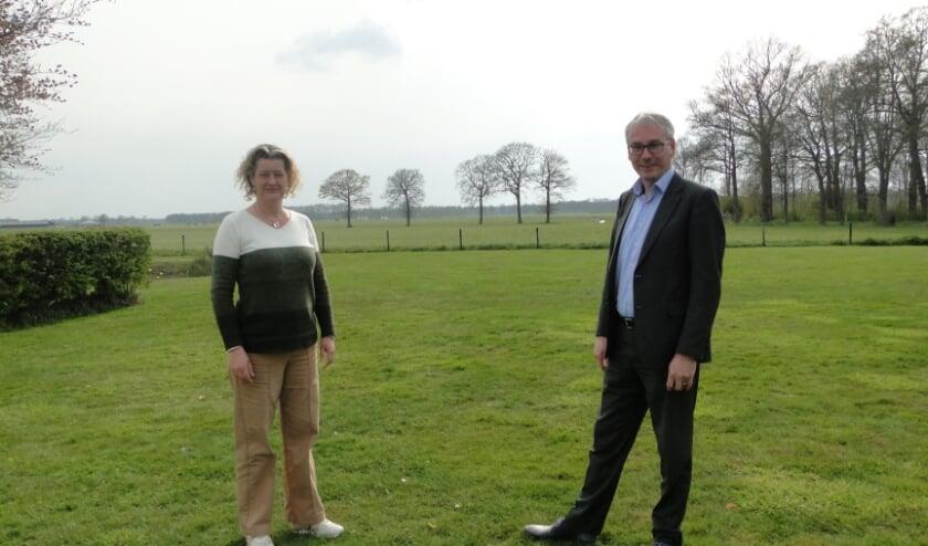 <p>Kitty Appels en Rob Rooijmans met op de achtergrond de plek waar de molens zouden kunnen komen.&nbsp;</p>