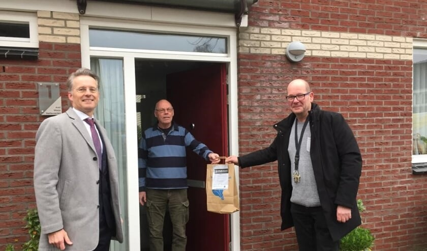 <p>Wethouder Robin Paalvast (links) eerder dit jaar bij het uitdelen van het ledpakket aan woningeigenaren </p>