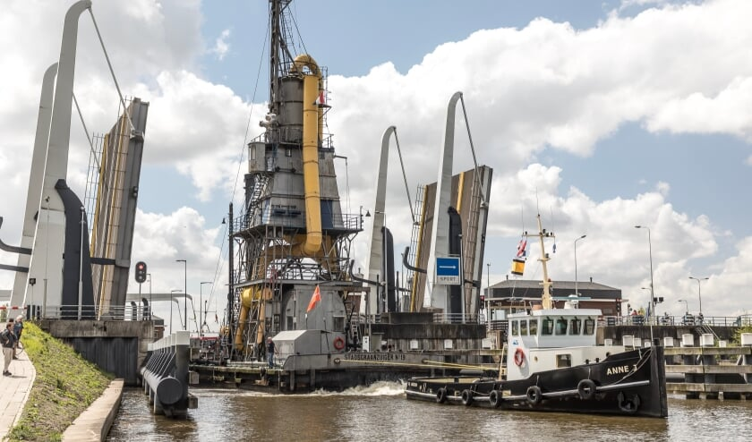 <p>Het gevaarte passeert de Julianasluizen in Gouda. Foto: Jan&nbsp; van den Berg</p>
