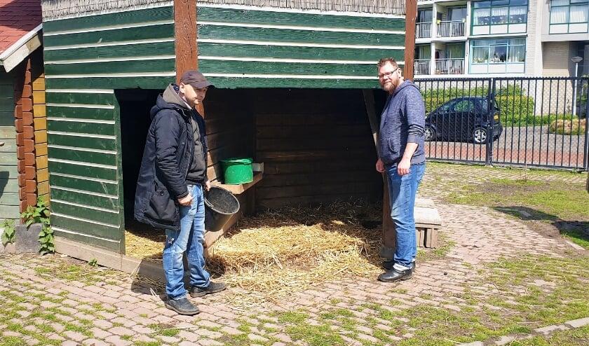 De vrijwilligers Wesley en Lester staan verslagen bij het hok waar de hertenbok zojuist in is overleden.