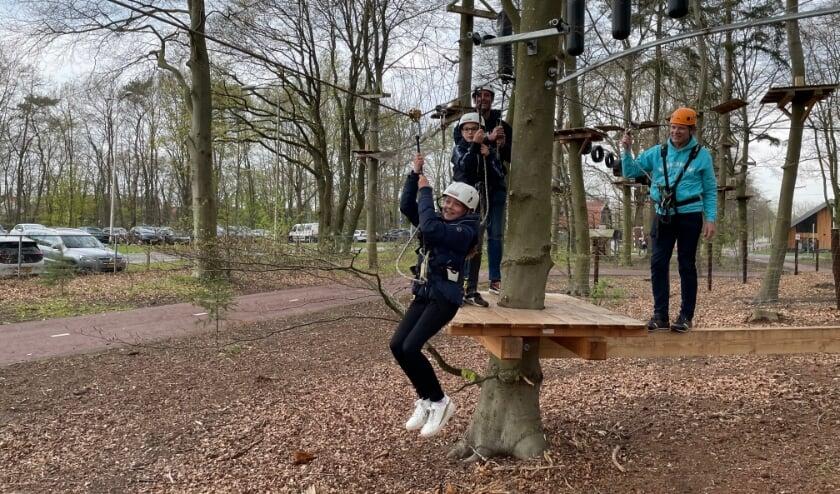 <p>Lissy van Bennekom oefent het tokkelen op het oefenparcours voor het echte werk op hoogte.</p>