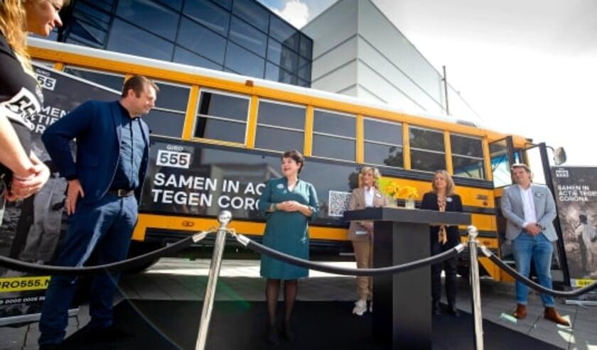 Op de foto van links naar rechts Pauline Wielens (UNICEF), Jaap Donker (GGD-directeur), Sharon Dijksma (burgemeester van Utrecht), Tineke Schouten (cabaretiere), Suzanne Laszlo (Actievoorzitter van Giro555) en Bernard Leenstra (initiatiefnemer prullenbakvaccin.nl).