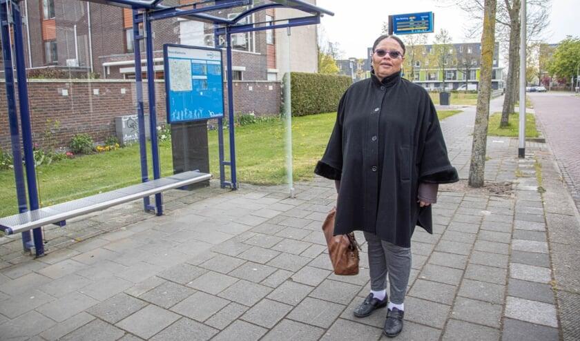 <p>Violet Roosberg &nbsp;bij 'haar' bushalte aan de &nbsp;op de Händellaan in Holtenbroek.&nbsp;</p>