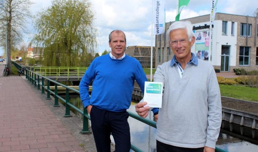 <p>Dennis Baans (re), namens de sportaanbieders, en sportwethouder Gert-Jan Schotanus, lanceren&nbsp;</p><p>MijnSportpas.</p>