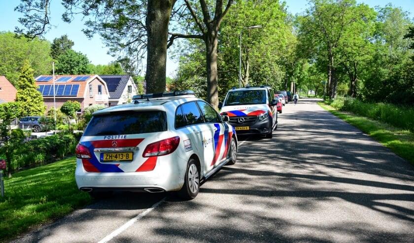 Politie doet onderzoek naar overleden persoon in tuin van villa in Rhoon.