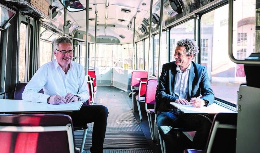 <p>Cas Verhage (links) en Teus Eenkhoorn ondertekenen coronaproof de samenwerking tussen Nh1816 en het Nederlands Openluchtmuseum. (Foto: Chrissie Sewalt)</p>