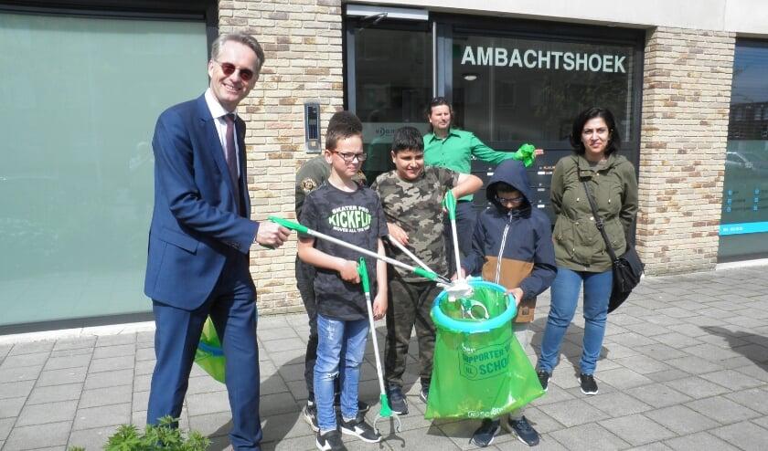 <p>Wethouder Robin Paalvast helpt de kinderen bij het opruimen van zwerfafval aan de Schoutenhoek.</p>