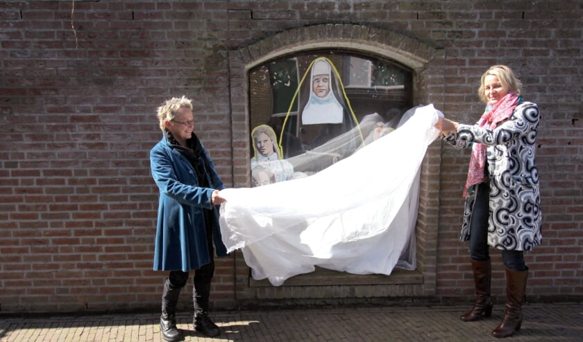 <p>Kunstenares Thea Zweerink en wethouder Janine Kock onthullen de muurschildering op het Claraplein in Silvolde.</p>