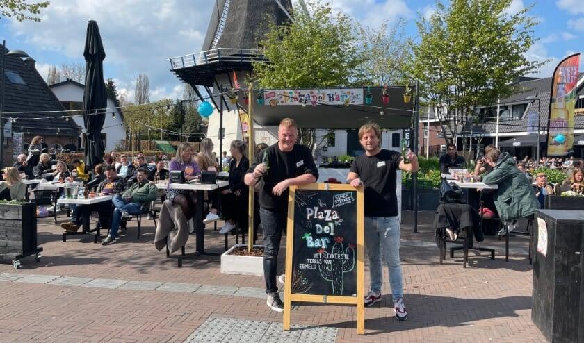 <p>Caf&eacute;-eigenaren Marco van Dijk (l) en Koen d&#39;Aulnis hadden zaterdag een drukbezet gezamenlijk terras Plaza del Bar.</p>