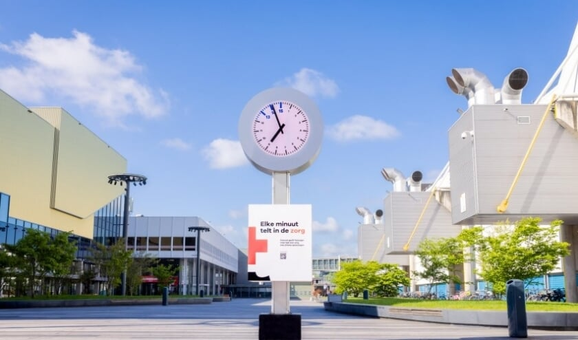 <p>De vier meter hoge 15-uurs klok op het Jaarbeursplein.&nbsp;</p>