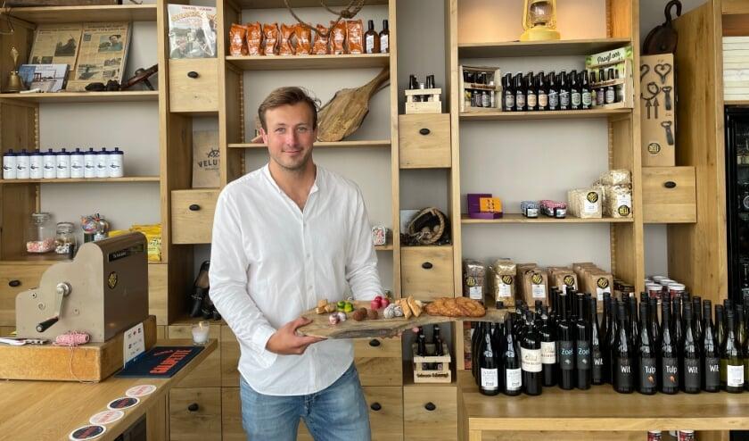 <p>Wim van de Kamp verkoopt in de delicatessenwinkel onder meer wijn, bonbons, molenkoeken, visconserven en biertjes.</p>