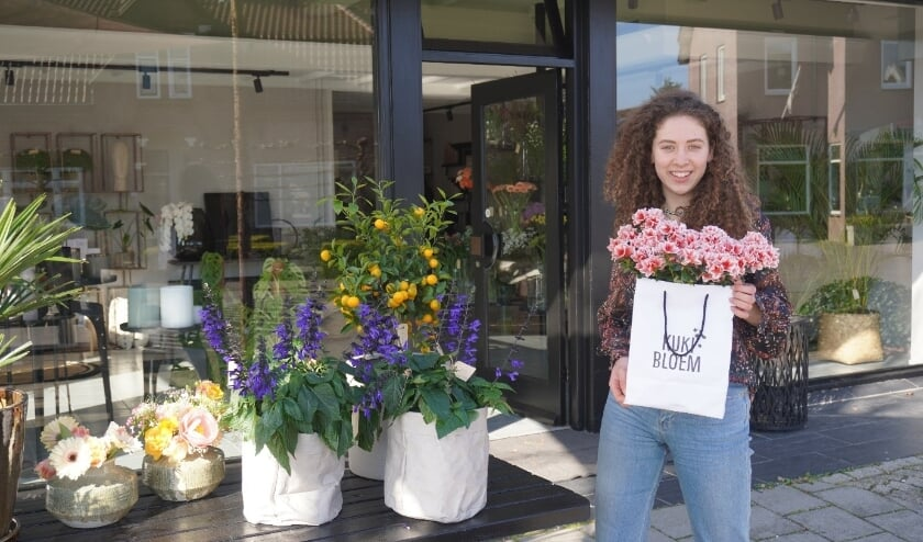 <p>Kuki Staal staat voor haar eigen bloemenwinkel: Kuki Bloem.&nbsp;</p>