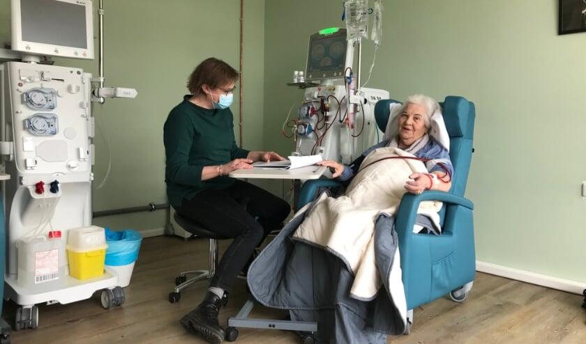 <p>Voorheen reisden bewoners drie keer per week naar het ziekenhuis voor hun dialysebehandeling. Nu lopen ze zelf naar de dialyseruimte.&nbsp;</p>