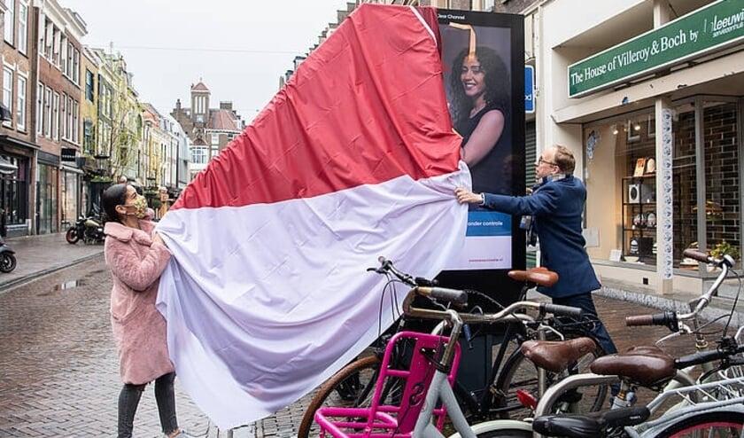 <p>Rapper Kruloh en wethouder Eelco Eerenberg onthullen een van de campagnefoto&#39;s. Foto: gemeente Utrecht/Robert Oosterbroek</p>