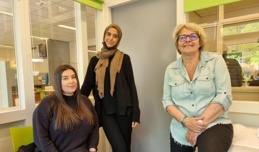 <p>Vlnr Ceyda Barbakci, Hafssa Ezzahiri en instructeur Aim&eacute;e Staal in het gebouw van de School voor Zorg en Welzijn van ROC Tilburg aan de Wandelboslaan.</p>