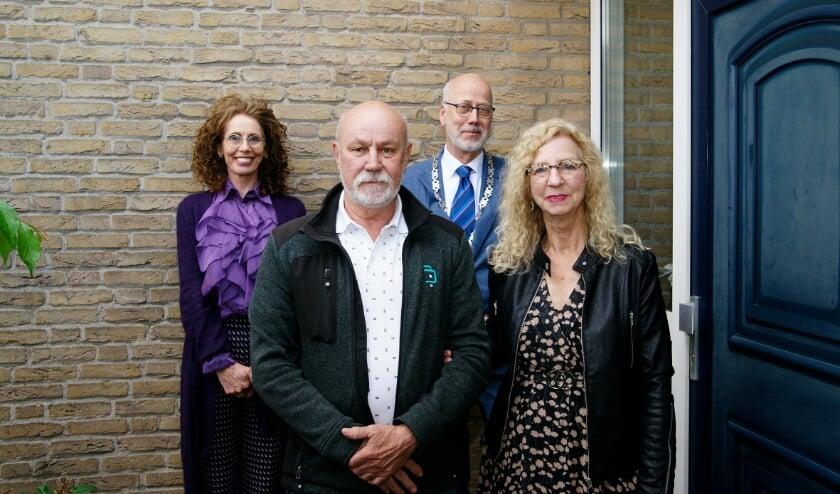 <p>Het gouden huwelijkspaar Joop en Mia van Kooten met burgemeester Arend van Hout van Westervoort en zijn vrouw als rugdekking.</p>