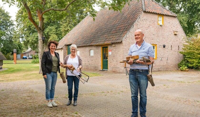 Marieke van de Ven (links) en Nelly van de Ven-deBruijn (midden) en museumdirecteur HansSonnemans.