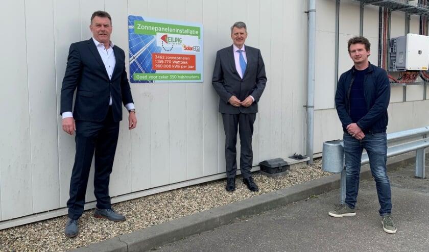 <p>René Simons, voorzitter Veiling Zaltbommel, wethouder Posthouwer en Jan Voets, directeur SolarECO B.V.</p>