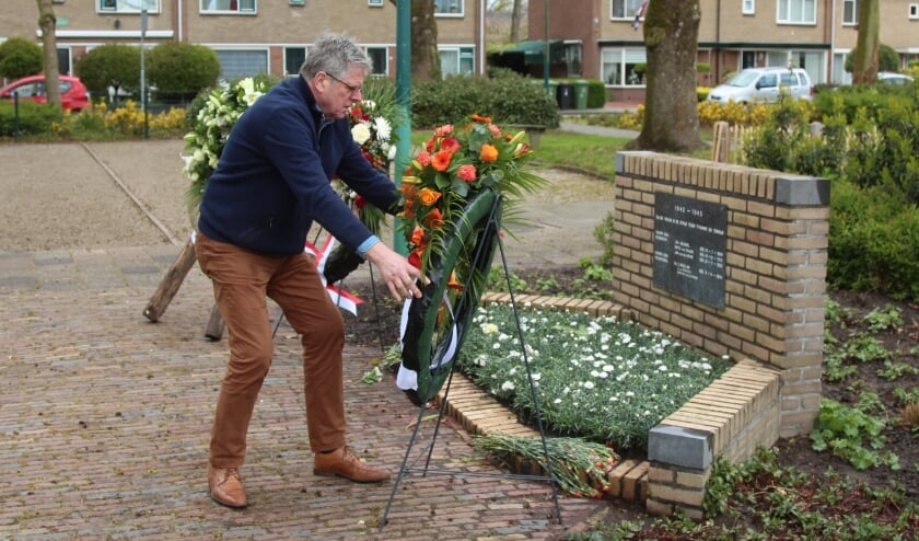 <p><strong>Kees Verkerk legde een krans namens Oranjevereniging De Meern. Foto: Johan Maaswinkel&nbsp;</strong>&nbsp;</p>