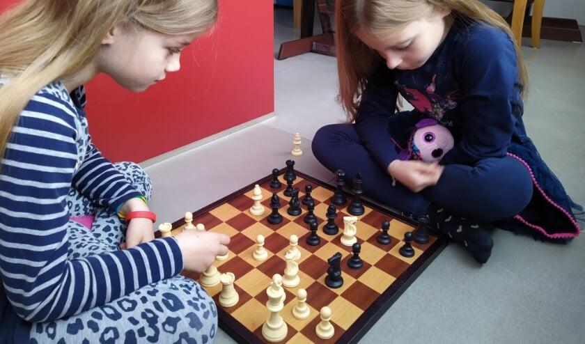 <p>De zussen Vera en Lisa Deij spelen toch liever aan een echt schaakbord dan online.</p>
