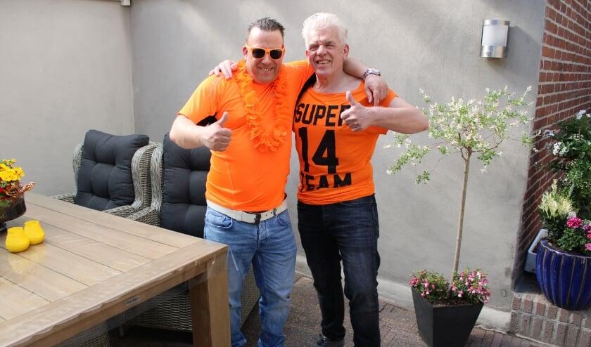 <p>Adrie (links) en zijn vader Jan die nog steeds hopen op twee kaarten voor een wedstrijd van het Nederlands Elftal. (Foto: Henk Jansen)&nbsp;</p>