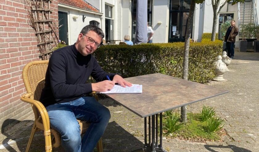 Gertjan Pater, manager ambulant West bij Leger des Heils Midden-Nederland, ondertekent de overeenkomst met Samen voor Betrokken Ondernemers Woerden