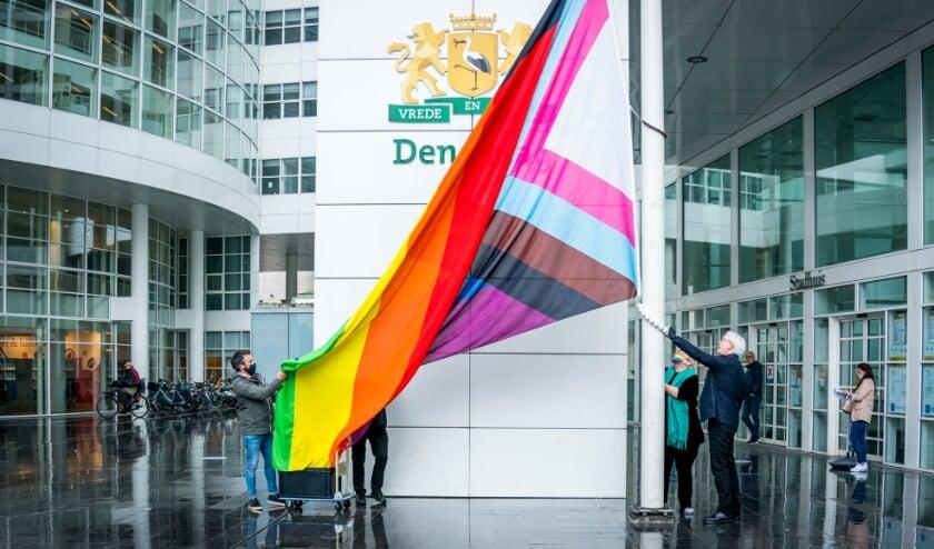 <p>Wethouder Bert van Alphen hijst de vlag.&nbsp;</p>