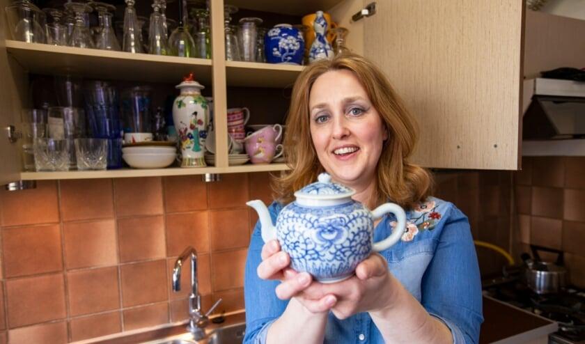 <p>Conservator Suzanne Kl&uuml;ver van Museum Prinsenhof Delft met een porseleinen theepot uit haar eigen keukenkastje.</p>