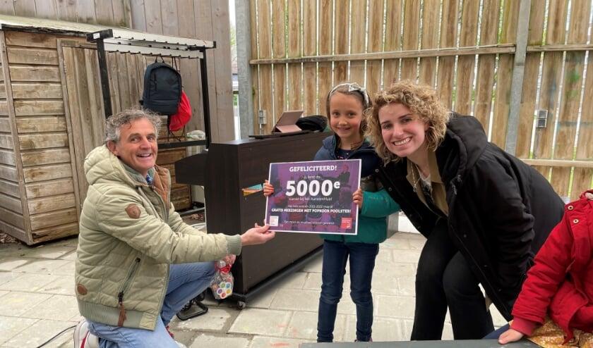 <p>5000ste cursist Valerie met docent Rosanne Sanders en hoofd muziek Ruut te Velthuis</p>
