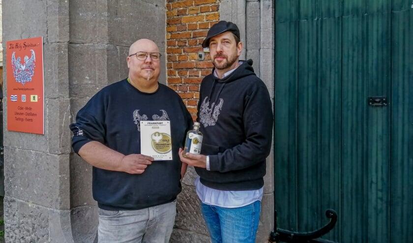 Tom Genbrugge en Goderic Van den Brande van The Holy Spiritus met hun award en hun Ginulst.