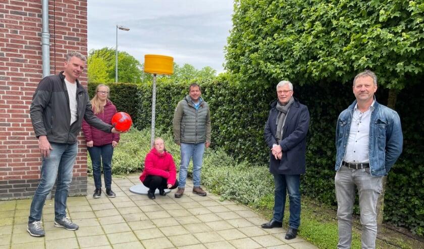 <p>Op de foto van links naar rechts Rutger Koppen, bewoners Anne, Manon en Sander, Ren&eacute; Meeuwissen en begeleider Jeroen.</p>