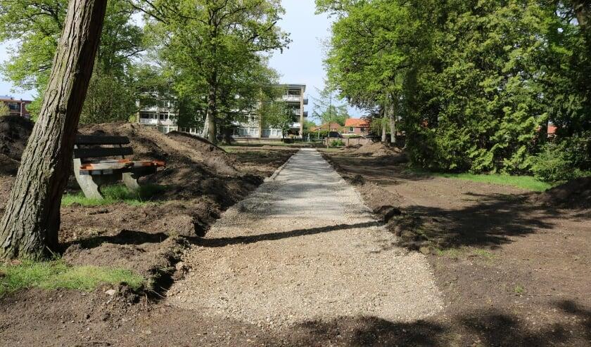 <p>De herstelwerkzaamheden op de Oude Begraafplaats zijn begonnen. Het herstelde hoofdpad is al goed zichtbaar.</p>