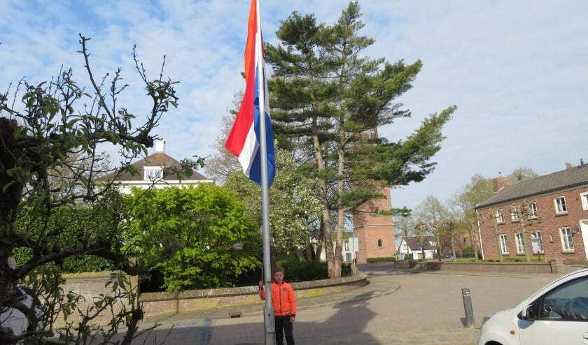 <p>Dex opende vol trots, en geheel in stijl met oranje jas en t-shirt, Koningsdag in Velddriel.</p>