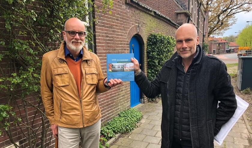 Schrijvers Homme Martinus (links) en Marco Krijnsen met het boek bij de eerste steen van Tuindorp 't Lansink, die werd gelegd op 6 mei 1911.