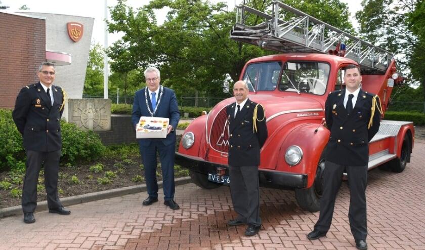 <p>Op de foto van links naar rechts: Ronald Hendriks (voorzitter personeelsvereniging) Burgemeester Ubachs, Jaap Koole (oudstgediende) en Ferdy van de Sande (posthoofd brandweer Best).&nbsp;</p>