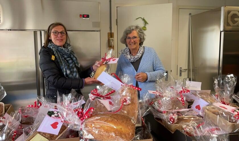 <p>Inner Wheel-president Angeneta Weenink (links) en Rikie van Duren, co&ouml;rdinator van de voedselbank Vaassen-Epe-Heerde en omgeving.&nbsp;</p>