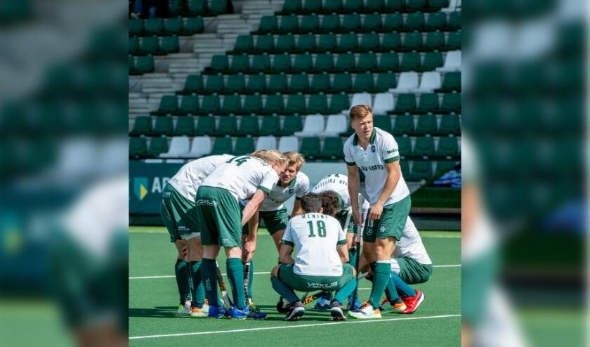 <p>Thijs van Dam (staand bij een teamtalk tegen Tilburg): &quot;Op het EK weer publiek op de tribunes&quot;. (Foto: HC Rotterdam/Ruud Stork)</p>