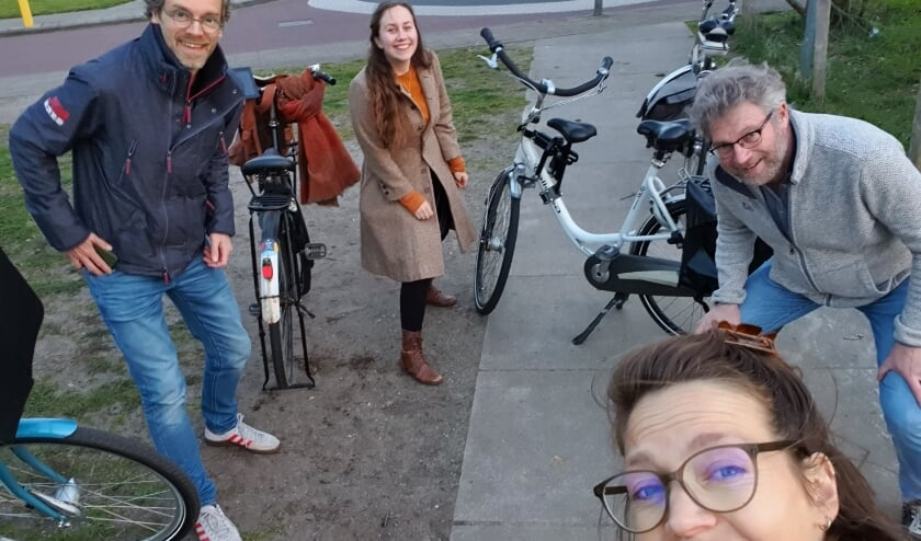 <p>Samen op zoek naar geschikte plekken. V.l.n.r. Joost van Ettekoven, Joy Slaats, René Magermans en Noor van der Hoeven.</p>
