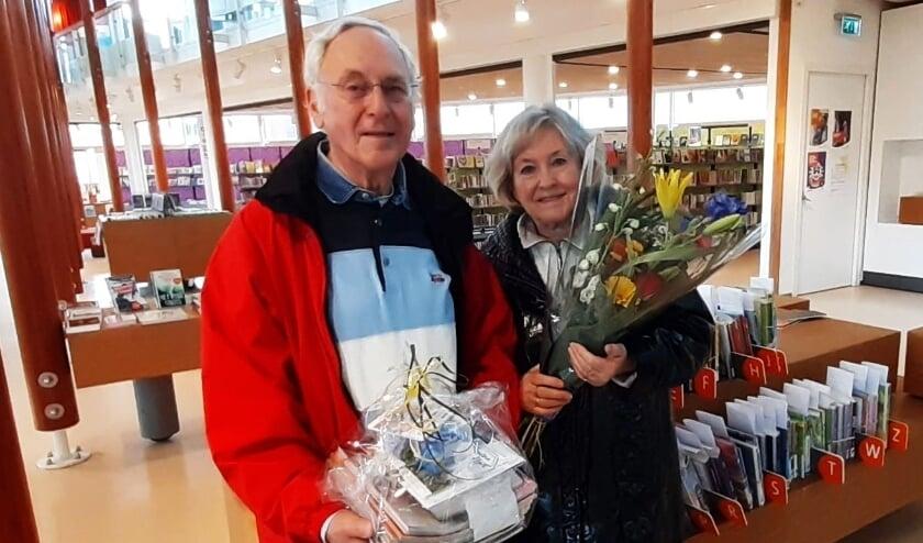 <p>Het echtpaar Noppen werd verwend met bloemen en een boekenpakket omdat zij het vijfduizendste afhaalpakket bestelden. Ook zij missen het normale bibliotheekbezoek. (Ingezonden foto)</p>