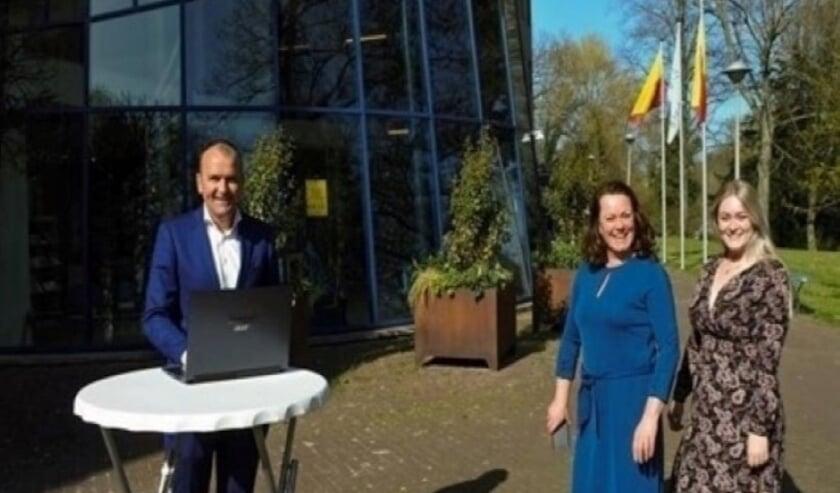 Links: Collin Stolwijk Wethouder Culemborg, daarna Viviënne van Herel (initatiefnemer) en rechts Lizzy Schouten NurseOne.