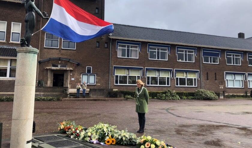 <p>Hesther en Evie van scouting Panoord legden samen met locoburgemeester Jacqueline van Dongen kransen en bloemen.&nbsp;</p>