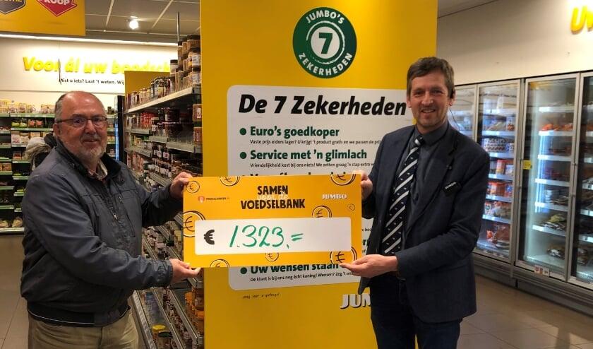 <p>&nbsp;Maandag overhandigde ondernemer Erwin van Andel van Jumbo Epe het bedrag in de vorm van een symbolische cheque aan Jan Piet Huijssoon van voedselbank Vaassen/Epe/Heerde. &nbsp;</p>
