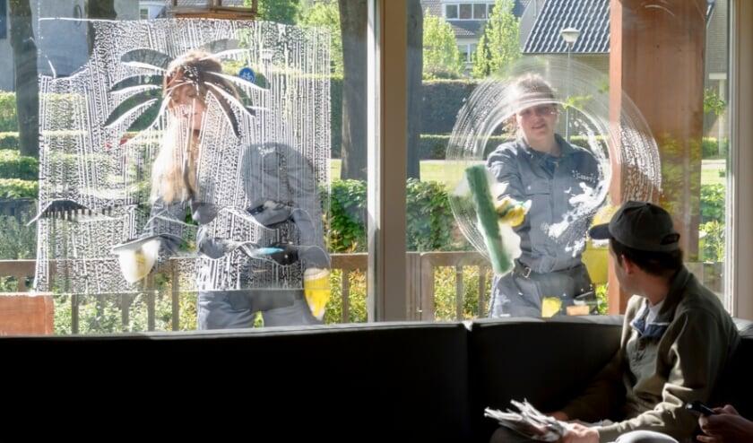 <p>Onlangs zijn bewoners en begeleiders van 2 woningen van Severinus verrast door ontwerper Manon van Hoeckel die vermomd als glazenwasser de ramen voorzag van gekleurd sop waarin getekend kan worden.&nbsp;</p>