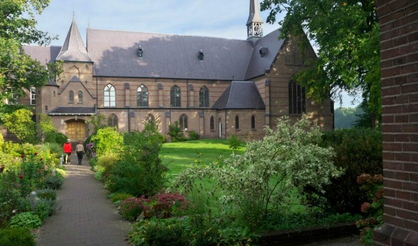 Blik op de binnentuin van Klooster Nieuw Sion, met op de achtergrond de kloosterkerk.