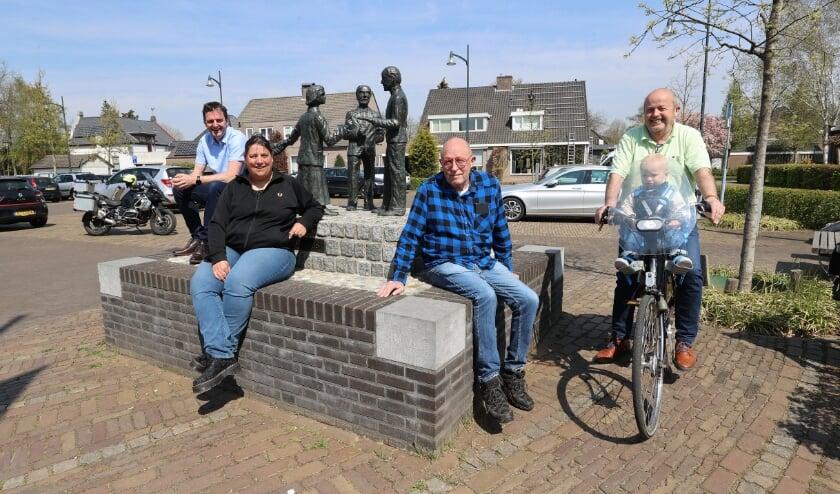 <p>Vlnr Martin Wouters, Moniek van de Wildenberg, Harry van der Zanden en Wim Luijkx met kleinzoon Moos.&nbsp;</p>