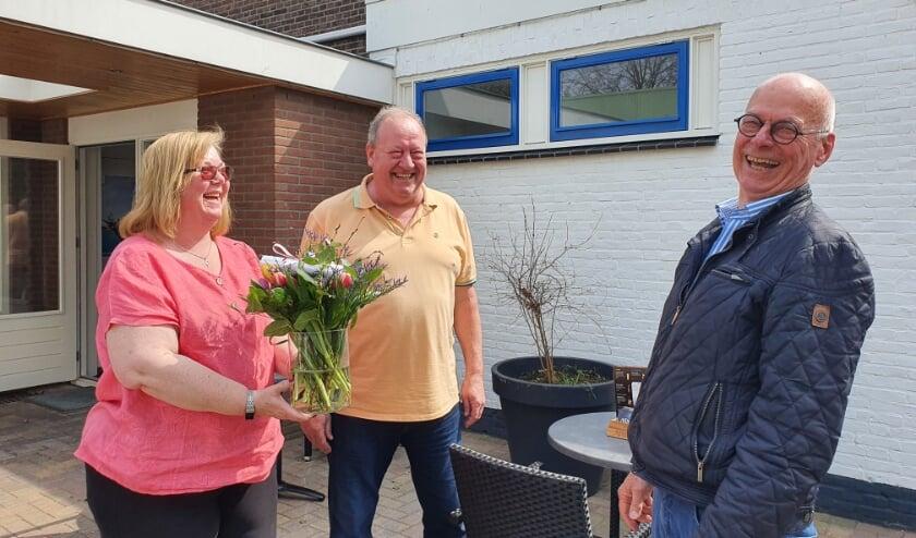 <p>De voormalige Renkumse zakenman Chris Jongboer brengt namens De Orangerie in opdracht van de gemeente Renkum de bloemstukken rond. Foto: gertbuddding.nl&nbsp;</p>
