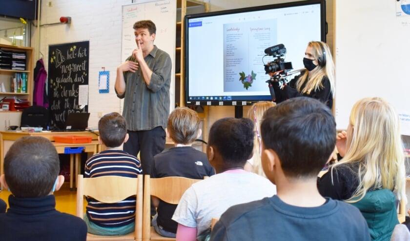 <p>Kids-reporter Thomas kwam met een filmploeg naar de school om van de workshop een mooie reportage te maken. Foto: Stichting Robijn</p>